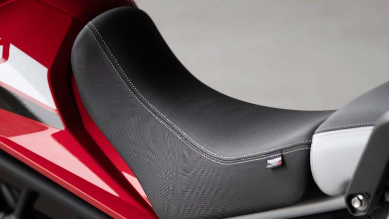 tiger-900-gt-pro-detail-20MY-AZ4I0283-AB-1-GT-seat-stepcarousel_1410x793